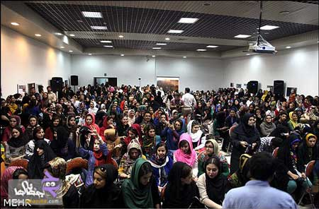 عکسهایی از صف طویل دختران برای دیدن احسان علیخانی