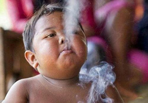 عکس کودکی که روزی ۴۰ نخ سیگار میکشد