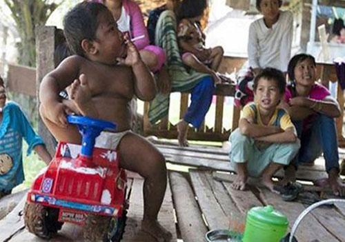 عکس: کودکی که روزی ۴۰ نخ سیگار میکشد