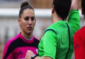 درخواست شرم آور داور مرد از خانم فوتبالیست زیبا+عکس