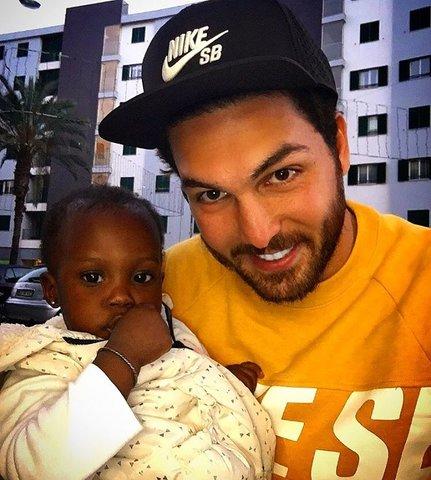 عکس جالب و دیدنی علیرضا حقیقی در بغل دختر سیاه پوست