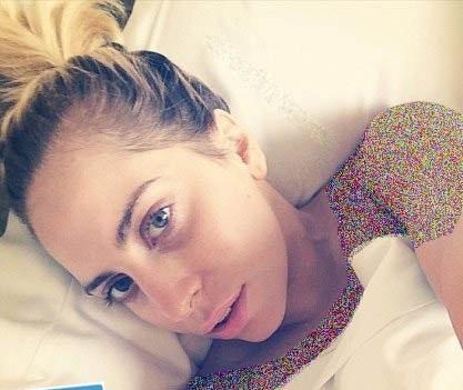 لیدی گاگا بدون آرایش در تختخواب