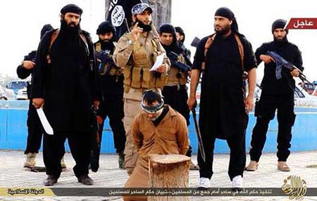 گردن زدن مرد عرب به جرم جادوگری توسط داعش +عکس +۱۸