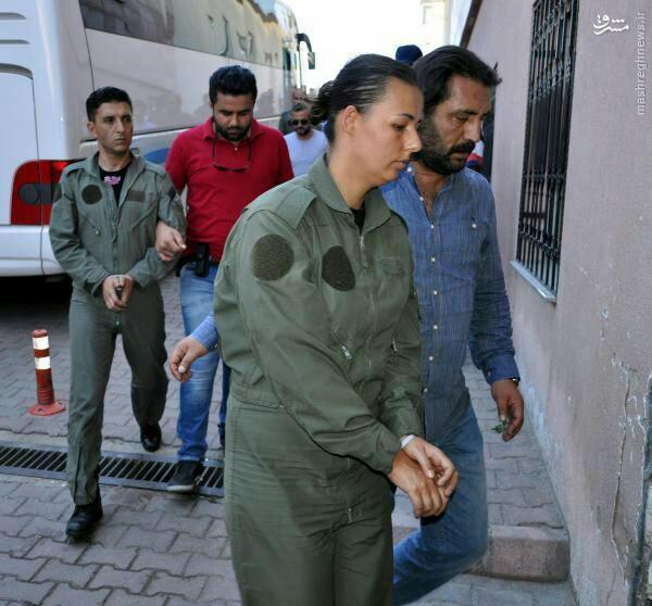عکس/ دستگیری خلبان زن که در کودتا همکاری داشته