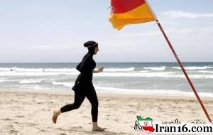 4 پلیس مایو شنای اسلامی زن جوان را در ساحل درآوردند+عکس