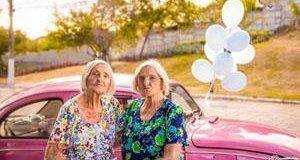 خواهران صدساله که در کنار هم جشن تولد گرفتند ,تولد افراد مسن,تولد خواهران صد ساله,جشن تولد های جالب,تولد برای خواهران 100 ساله,تولد خواهران دوقلو