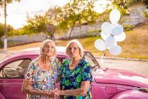 جشن تولد خواهران دوقلوی صدساله