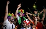 شادی خیابانی دختران و پسران ایرانی در شب گذشته + عکس