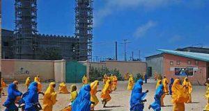 فوتبال بازی کردن دختران دانش آموز با چادر! + عکس