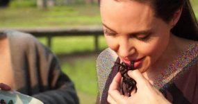 خوردن سوسک و عنکبوت زنده توسط انجلینا جولی