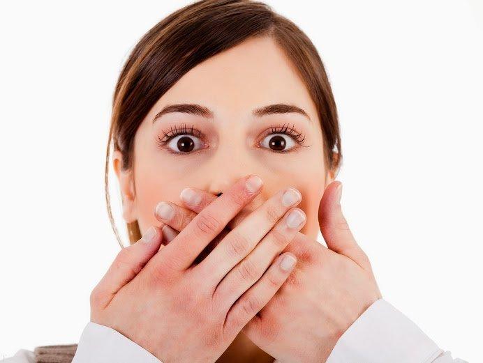 روش های خوشبو کردن واژن علت بوی بد واژن در زنان موارد مثل عفونت باکتریایی واژن ؛ بهداشت ضعیف ؛ استفاده از تامپون به مدت طولانی ؛ عفونت انگلی واژن و غیره باشد. در اینجا قصد داریم بهترین روش خوشبو کردن واژن و همچنین علت بوی بد را به شما آموزش دهیم. بوی بد واژن و اندام تناسلی علل زیادی دارد که در ادامه به بررسی آنها میپردازیم و سپس روش های رفع ان را به شما می آموزیم. با مجله تالاب همراه باشید. علت بوی بد واژن به هر بویی که از واژن متصاعد شود بوی واژن گفته میشود. مقداری بوی خفیف ناشی از واژن طبیعی است؛ اما بوی قوی و قابل حس ممکن است غیرطبیعی بوده و علت ان باید مشخص شود. بوی غیرطبیعی واژن که به علت بیماریهایی نظیر عفونت واژن بروز میکند معمولاً با مشخصات و علائم دیگری نظیر خارش، سوزش، التهاب یا ترشحات واژن همراه خواهند بود. علت بوی واژن چیست؟ بوی واژن ممکن است در طول سیکل قاعدگی عوض شود؛ همچنین ممکن است این بو دقیقا بعد از رابطه جنسی محسوستر شود. عرق کردن در طول فعالیت روزانه نیز میتواند باعث ملموس شدن بوی واژینال شود. اگر چـه به هنگام مواجه شدن با این وضعیت وسوسه شوید که برای کاهش این بو از دوش واژینال یا خوشبوکننده های واژن استفاده کنید اما باید بدانید استفاده از این مواد خود باعث افزایش التهاب و دیگر مشکلات واژینال در شما میشود. عفونت باکتریایی واژن عمدهترین علت عفونی است که باعث بروز بوی نامطبوع در واژن میشود. تریکوموناسیس بیماری دیگری است که از راه رابطه جنسی منتقل شده و باعث بوجود آمدن بو در واژن میشود. کلامیدیا و سوزاک باعث بوی بد واژن نمی شوند. عموما اگر واژن شما بو میدهد ولی علائم دیگری دال بر بیماری خاصی در ناحیه واژن نداشته باشید، بعید است که این بو غیر طبیعی باشد و مشکل خاصی وجود داشته باشد. دلایل عمده بوی بد واژن میتواند هر یک از موارد زیر باشد: * عفونت باکتریایی واژن * بهداشت ضعیف * استفاده از تامپون به مدت طولانی * عفونت انگلی واژن روش های خوشبو کردن واژن + علت بوی واژن دیگر علت های بوی بد واژن دیگر عواملی که باعث بروز بوی بد واژن می گردند «ولی با احتمال کمتری» موارد زیر میباشد: فیستول رکتوواژینال فیستول رکتوواژینال یا فیستول راست رودهای – مهبلی بیماری است که در ان فیستول یا راه ارتباط غیر طبیعی بین راست روده و مهبل وجود داشته باشد. گستردگی این مجرا زمانی ا