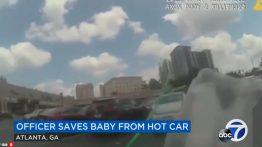 نجات نوزاد گرفتار شده در داخل خودرو در آخرین لحظات +فیلم