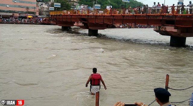 لحظه نجات مرد در حال غرق شدن توسط پلیس فداکار +فیلم