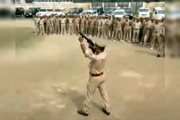 اتفاق خندهدار حین برگزاری مانور ضد شورش پلیس هند! + فیلم