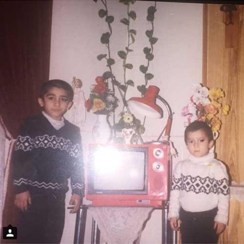 عکس دیده نشده از مرحوم مرتضی پاشایی در کنار برادرش در عید نوروز 68