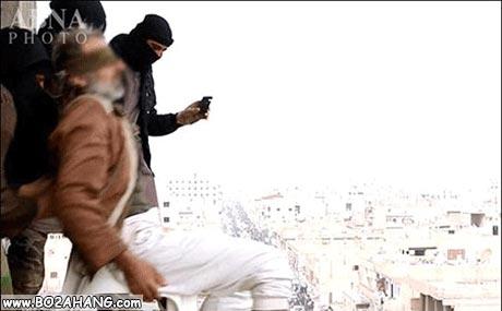 عکس های قصاص یک پیرمرد به اتهام لواط توسط داعش